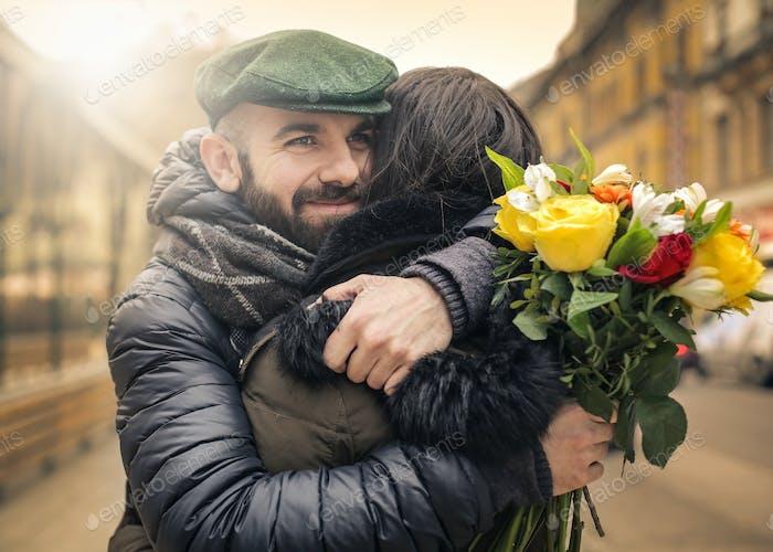 Hombre y la Mujer abrazando