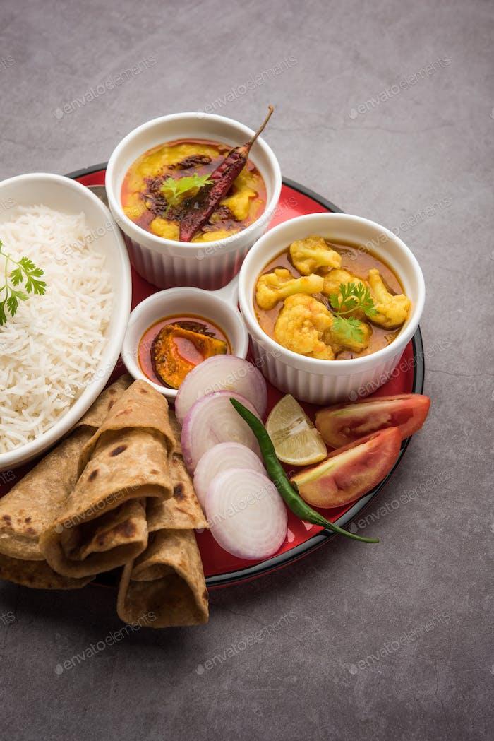 Indian Food Platter oder Thali enthält vegetarische Rezepte, eine komplette Mahlzeit