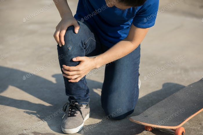 Skateboarding and get injury on knee while fell off