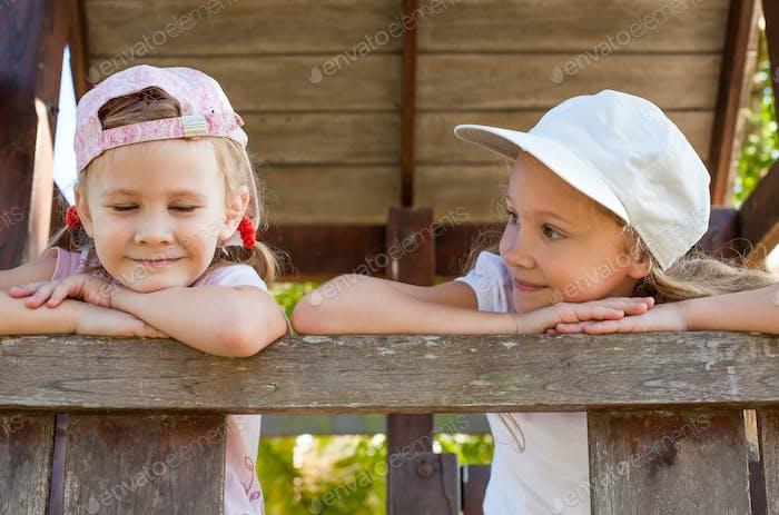 zwei glückliche Mädchen auf dem Spielplatz