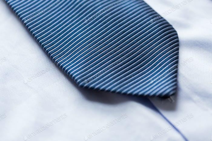 Nahaufnahme von Hemd und blau gemusterte Krawatte