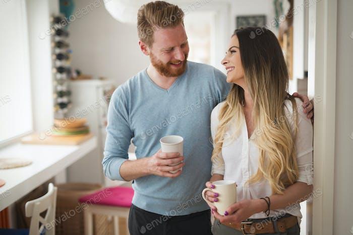 Glückliches Paar in der Liebe trinken Morgenkaffee zu Hause