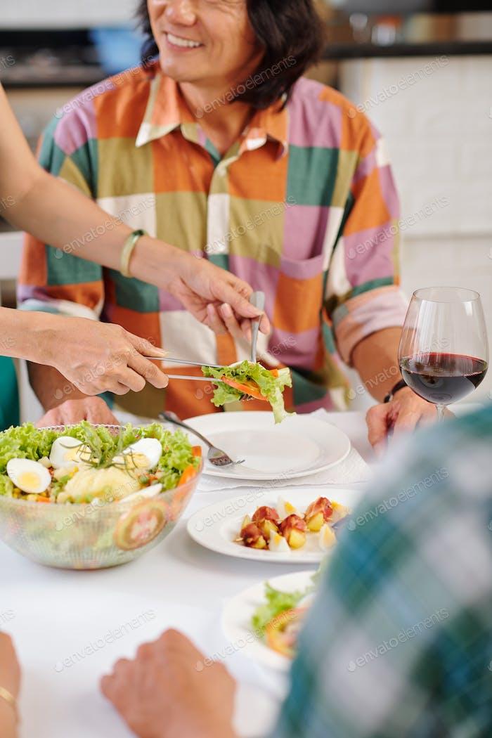 Portion Salat für Ehemann