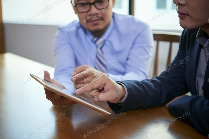 Zwei Geschäftsleute Coworking
