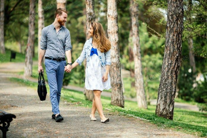 Schönes Paar einen Spaziergang in der Natur