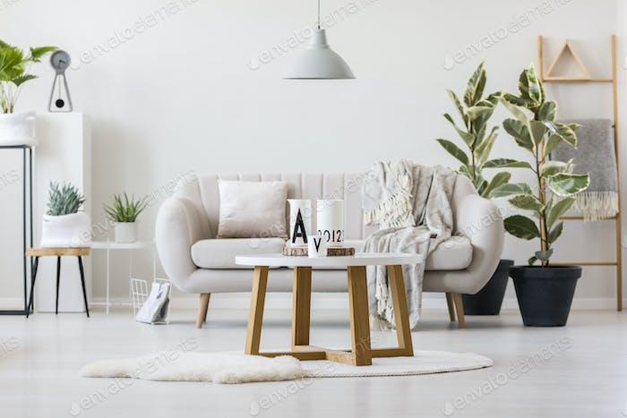 Holztisch in der Mitte