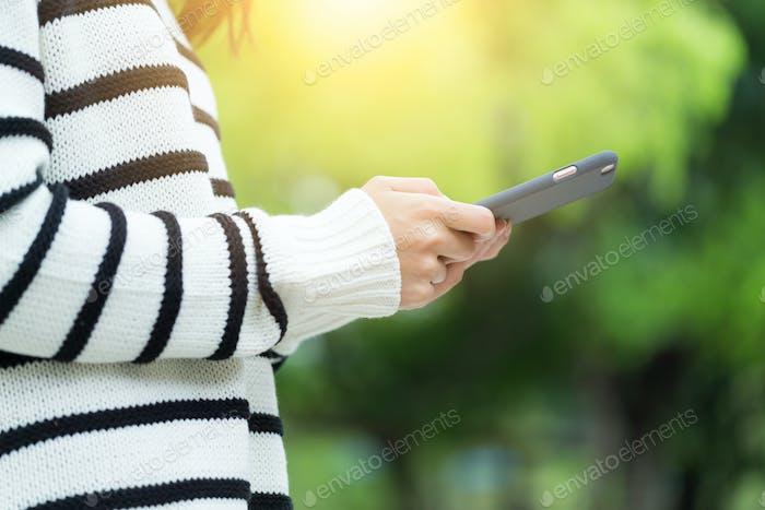 El uso de la mujer del teléfono móvil