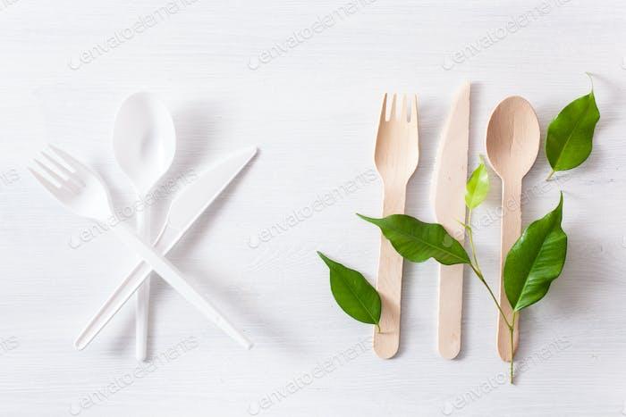schädliches Kunststoffbesteck und umweltfreundliches Holzbesteck. Kunststoff