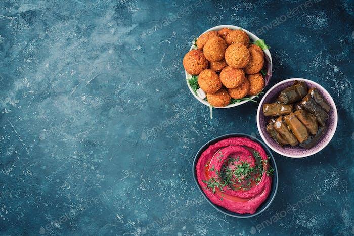 Mediterrane Vorspeise Konzept. Arabische traditionelle Küche. Nahöstliches Meze mit Pita, Oliven