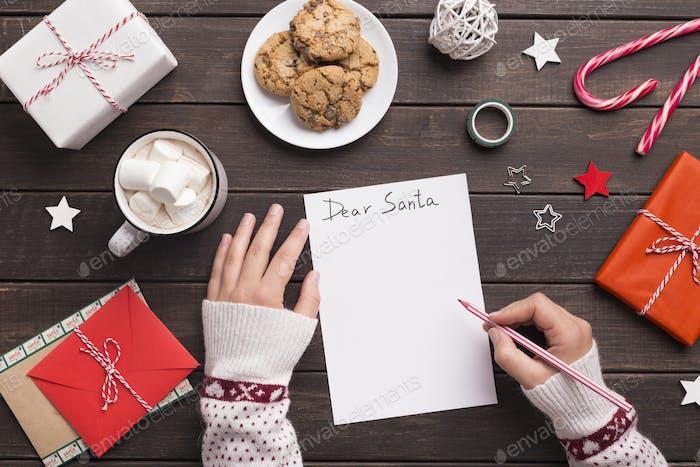 Frau Schreiben Brief an den Weihnachtsmann mit Wünschen