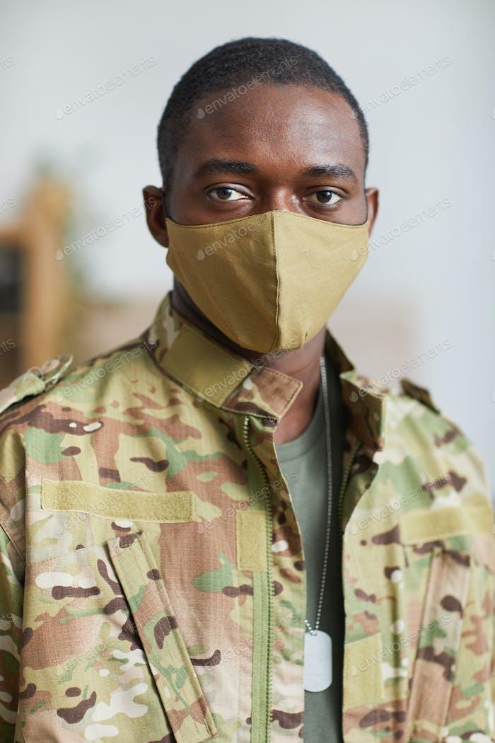 Afrikanischer Soldat mit Maske