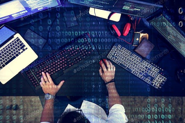 Programador Trabajo sobre el ciberespacio de software
