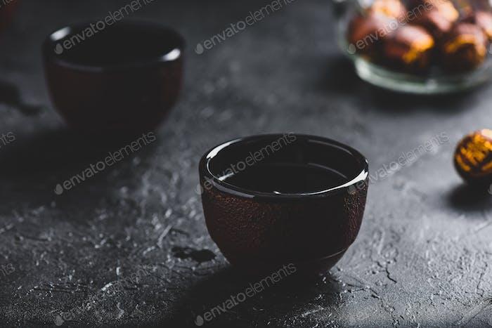 Fertig roter Tee in Teeschalen
