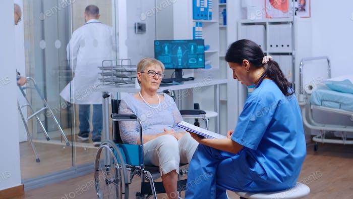 Ältere Patienten mit Gehbehinderungen im Rollstuhl