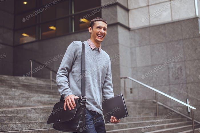 Glücklicher Mann auf der Treppe