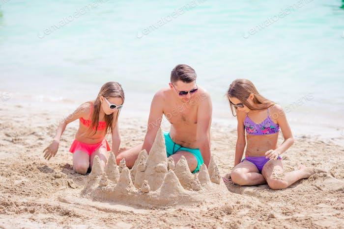 Vater und Kinder genießen Strandurlaub