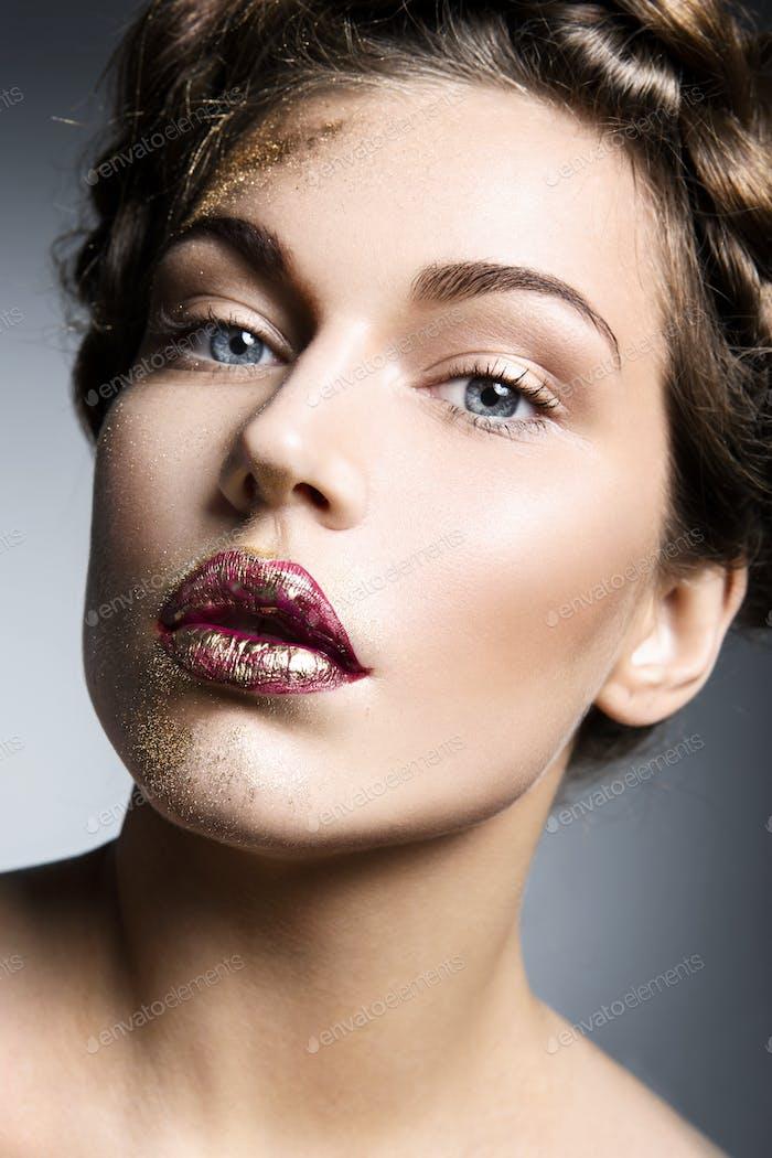 Гламурный портрет красивой женщины модель со свежим ежедневным макияжем