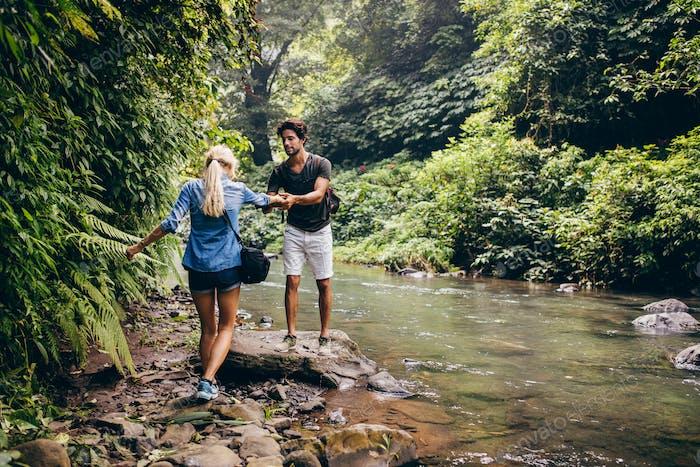 Paar im Wald am Bach