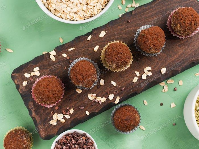 Protein-Energiekugeln mit Kakao und Samen