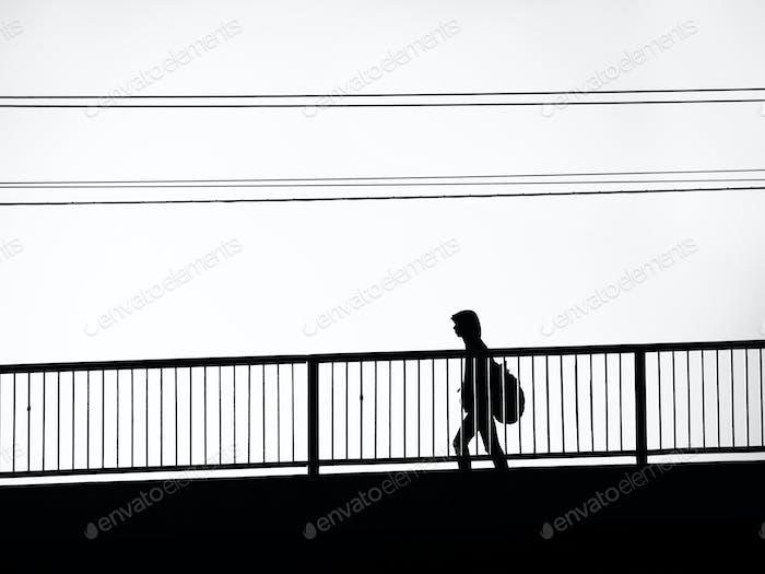 Mann zu Fuß auf der Brücke