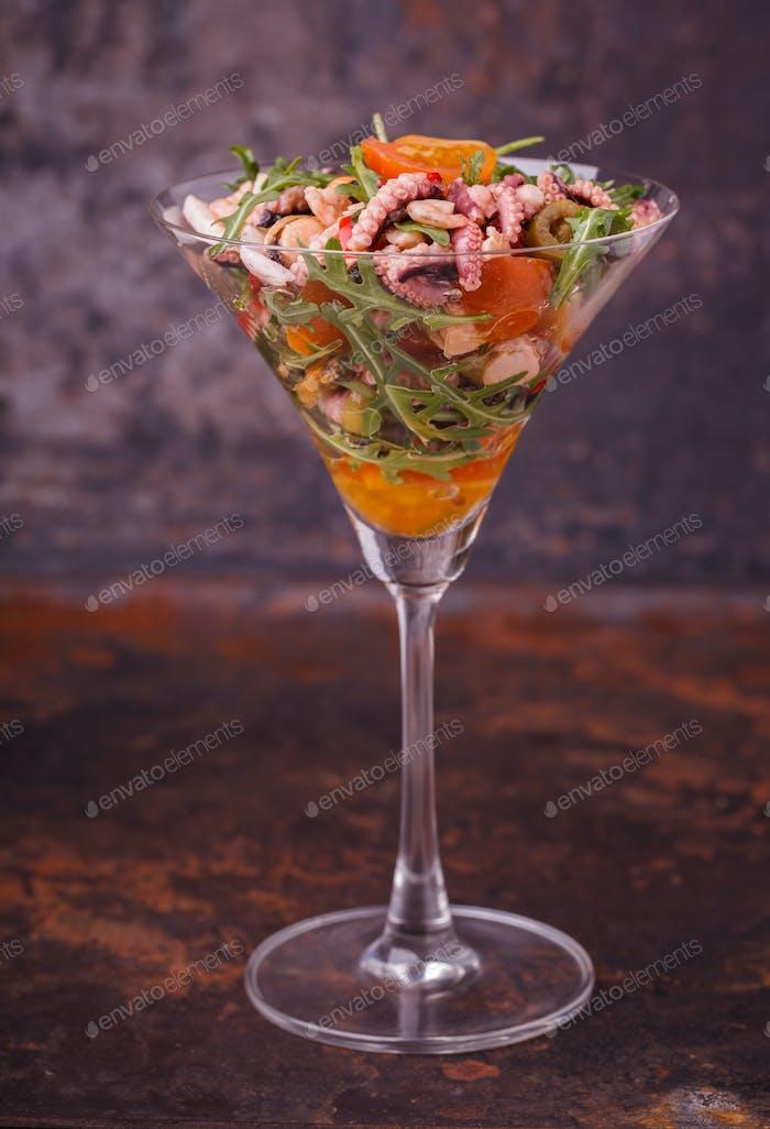 Seesalat in einem Glas.