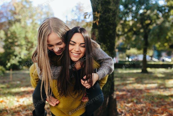 zwei Mädchen mit Spaß in der park