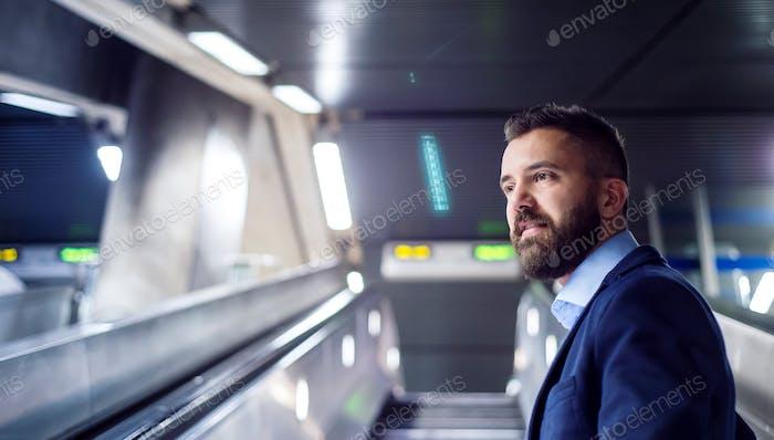 Geschäftsmann in der U-Bahn