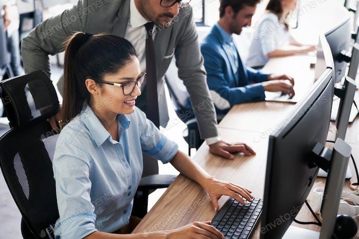 Personas creativas que trabajan en la oficina en la computadora