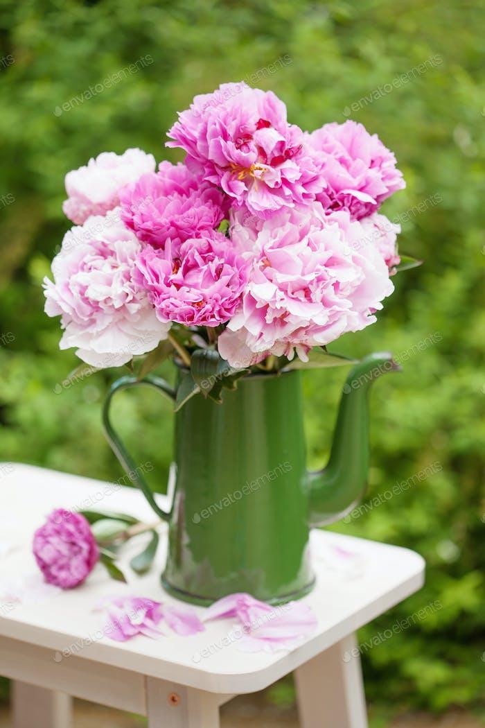 schöne rosa Pfingstrose Blumen Blumenstrauß im Garten