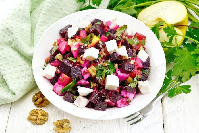 Salat mit Rote Bete und Walnüssen in Platte an Bord