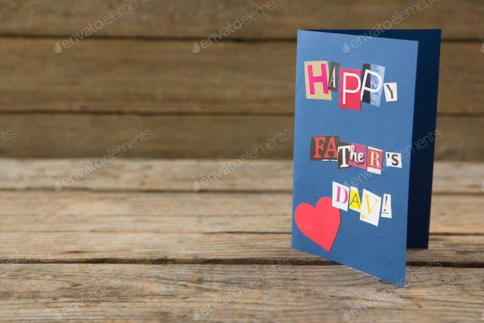 Nahaufnahme der glücklichen Vatertag Grußkarte auf dem Tisch