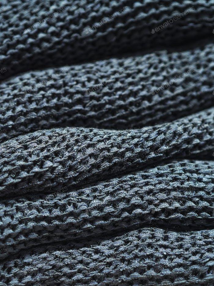 Haufen von blauen Pullovern in einem Modegeschäft