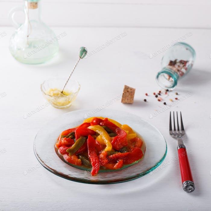 Salat von süßen, farbigen, gebackenen Pfeffer.Knoblauch-Sauce