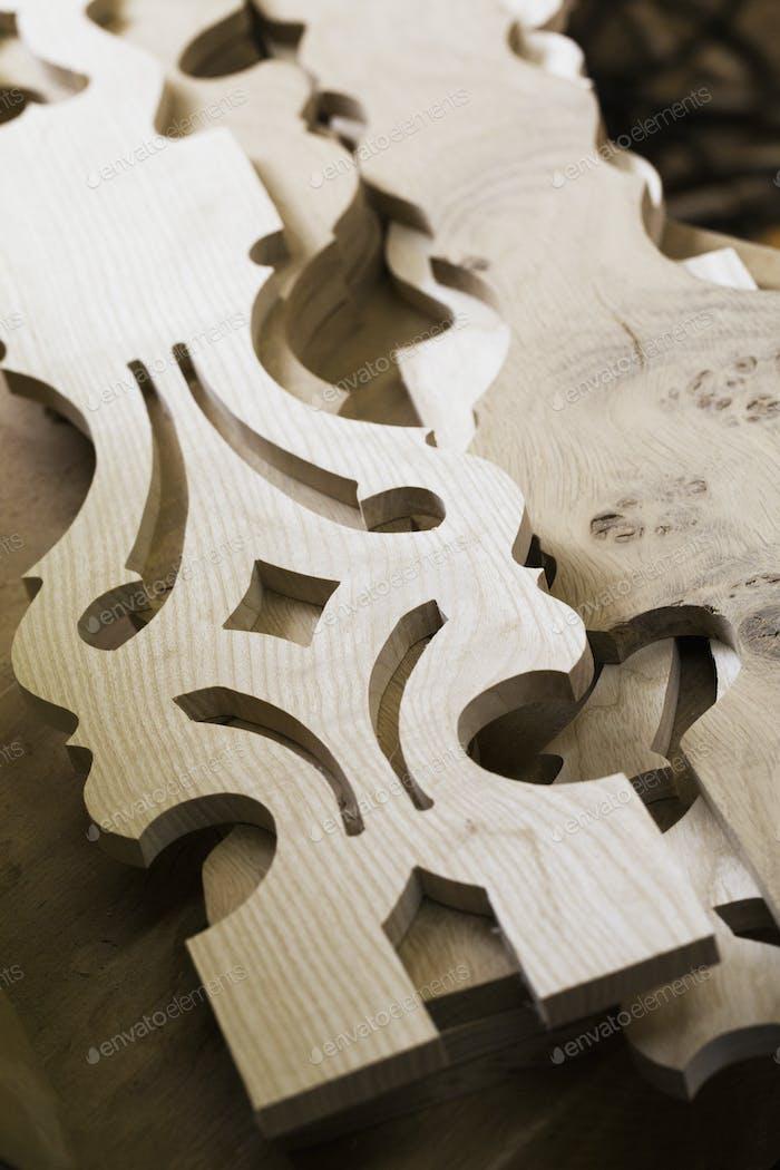 Cierre de piezas de muebles de madera tallada.
