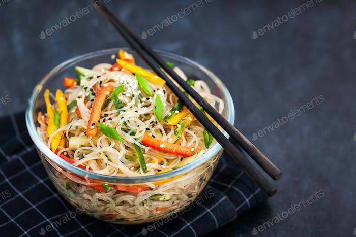 Köstliche asiatische Reisglasnudeln mit Gemüse (Wok)