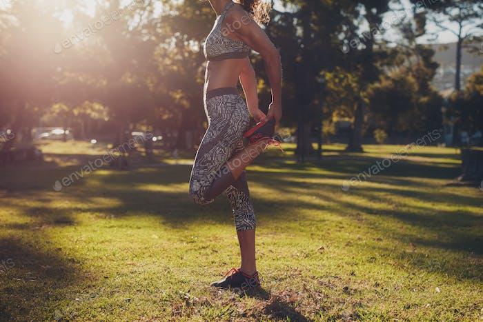 Sportliche Frau in einem Park trainieren