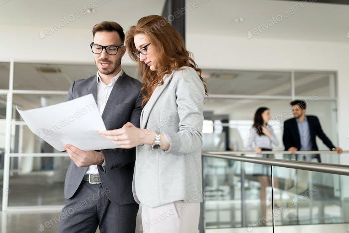 Compañeros de trabajo en equipo Corporativa en la oficina Moderno Brillante