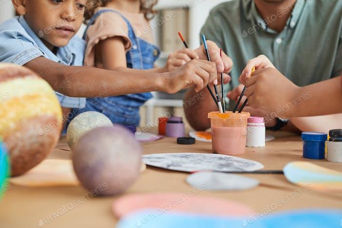 Kids Paining im Kunst- und Handwerkskurs