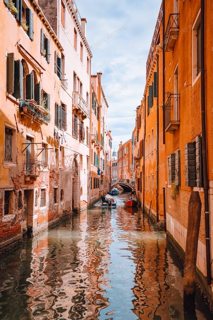 Venecia, Italia. Hermosa vista de los canales típicos canales de Venecia. Con barco pequeño y