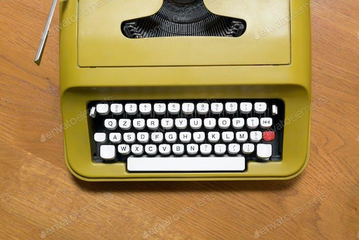 Ansicht von oben nach unten auf einer alten Retro-Schreibmaschine