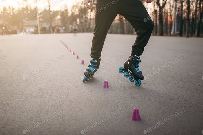 Rollerskater, rollerskating trick exercise in park