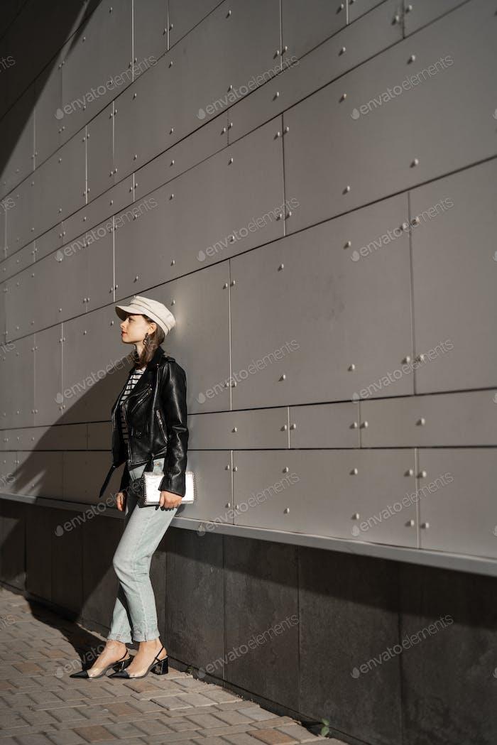 Chica atractiva en traje elegante al aire libre