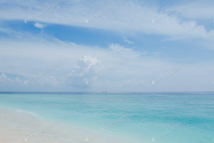 schöne Seelandschaft und Sandstrand auf der Insel Thoddoo, Malediven