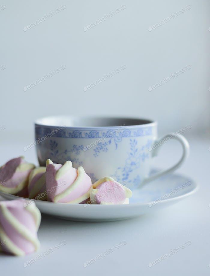 Zärtlichkeit Konzept, Marshmallow und heiße Tasse roten Tee