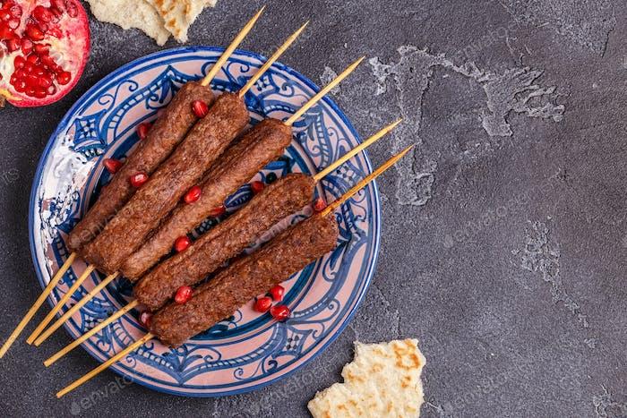 Klassische Kebabs auf dem Teller.