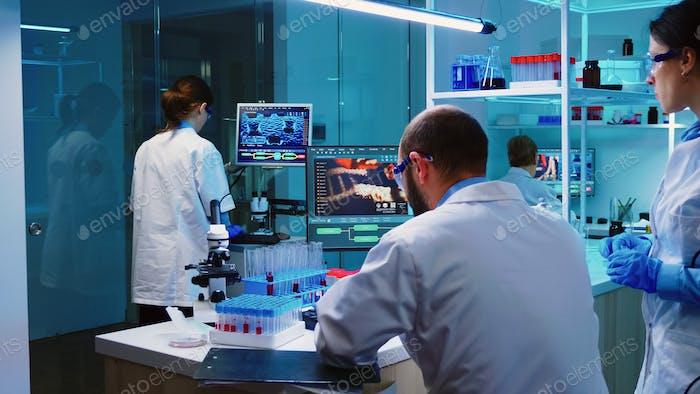 Científicos compañeros de trabajo que trabajan en laboratorio equipado con productos químicos