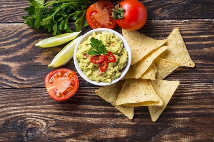 Guacamole de aguacate con chips de maíz nachos