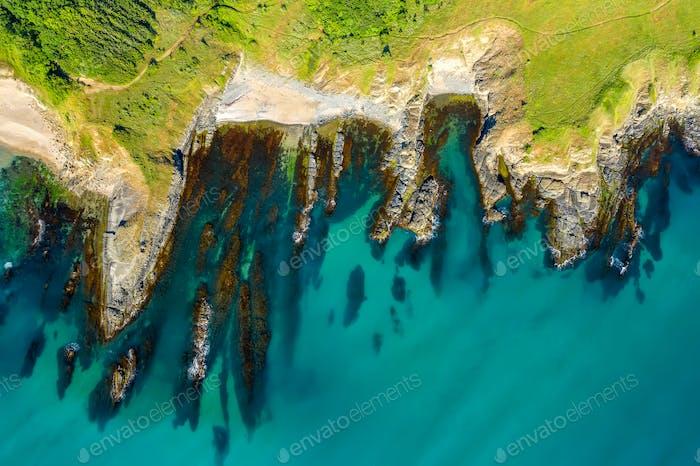Luftaufnahme über schöne Meeresklippen