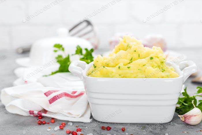 Kartoffelbrei. Kartoffelbrei mit Knoblauch und Petersilie. Gekochte Kartoffel. Kartoffelpüree