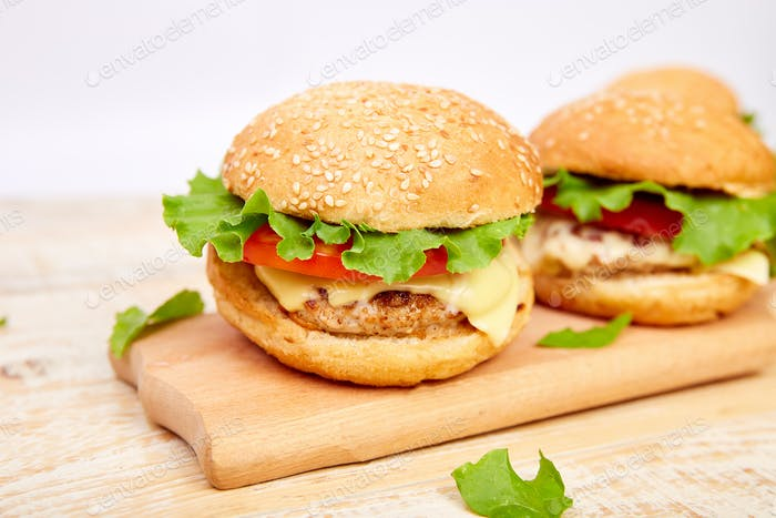 бургер на деревянном столе